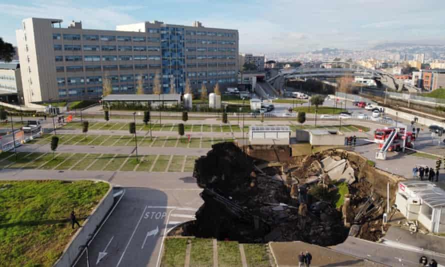 УЖАС ВО НЕАПОЛ: ОГРОМНА ДУПКА СЕ ОТВОРИ ВО БОЛНИЦА – проголта неколку автомобили, евакуиран е одделот за Ковид